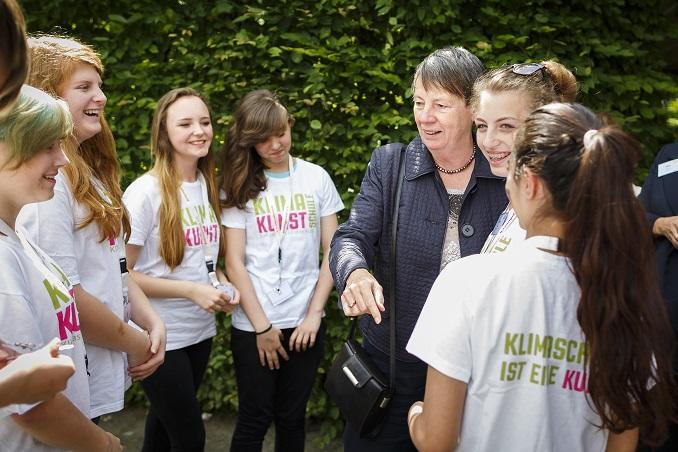 Barbara Hendricks und die Schülerinnen im Gespräch © BMUB/Thomas Trutschel/photothek.net