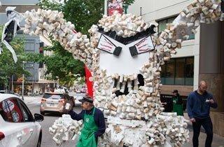 Monster fordert recycelbare Becher von Starbucks