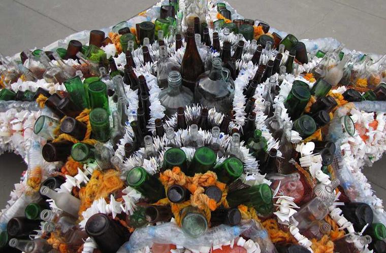 Der Seestern besteht beispielsweise nicht nur aus Plastik, sondern auch aus bunten Glasflaschen.