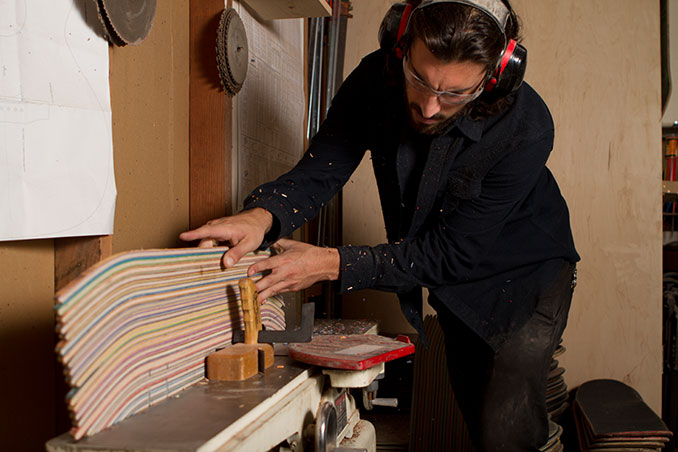 Designer und Gitarrenbauer Nick Pourfard bei der Arbeit