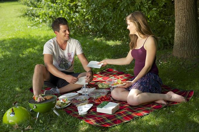 Picknicken mit umweltfreundlichen Einwegartikeln © PAPSTAR