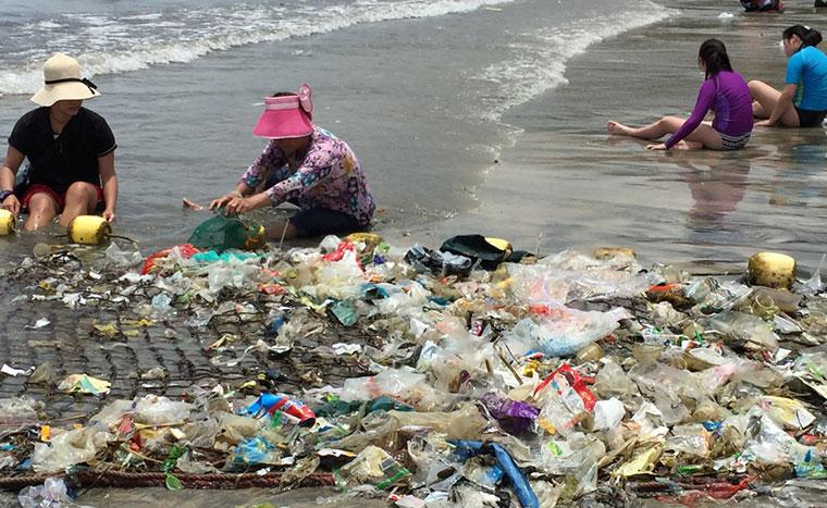 Ein regelrechter Tsunamie aus Plastik flutet die Strände in Hongkong.