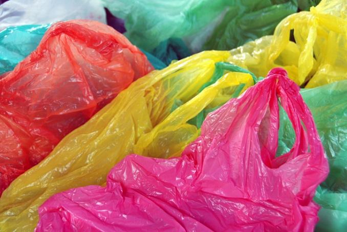 Plastiktüten werden zu einer Kette. © maljalen/iStock/Thinkstock