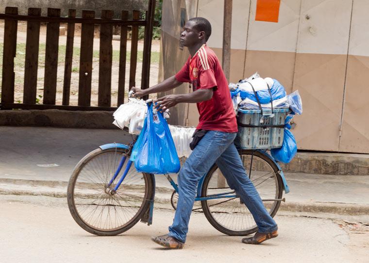 Kenia verhängt Haftstrafen gegen Lieferanten und Hersteller von Plastikbeuteln