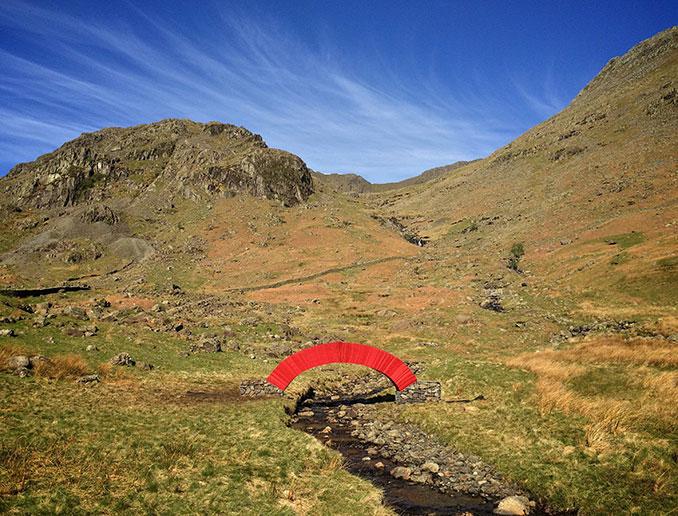 Rote Paperbridge in einer Naturlandschaft