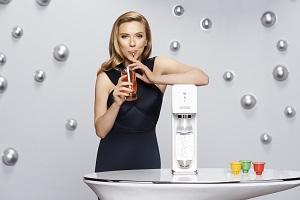 Scarlett Johansson unterstützt wiederverwendbare Getränkeflaschen. © MikeCoppola/GettyImages for SodaStream