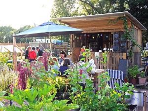 Das Gartencafé versorgt die Besucher. © himmelbeet