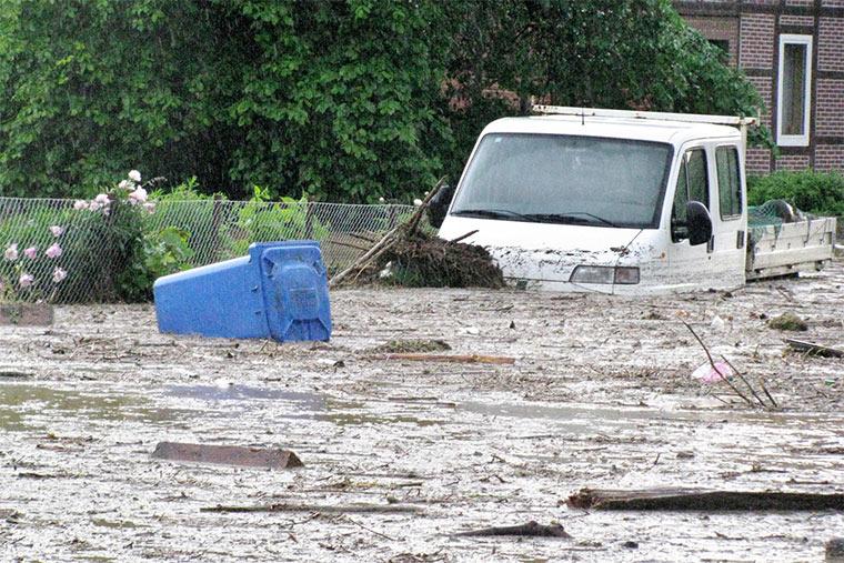 Heftige Unwetter mit Starkregen setzen immer häufiger ganze Ortschaften unter Wasser.