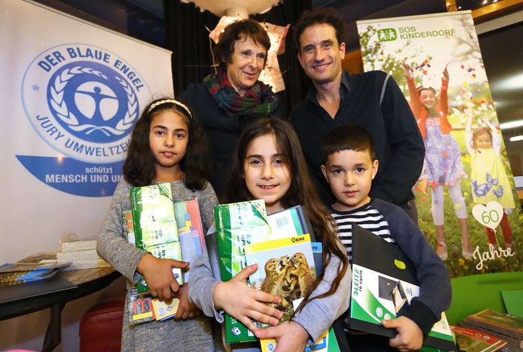 Umweltbotschafter Oliver Mommsen hat ein SOS-Kinderdorf besucht und umweltfreundliche Geschenke mitgebracht