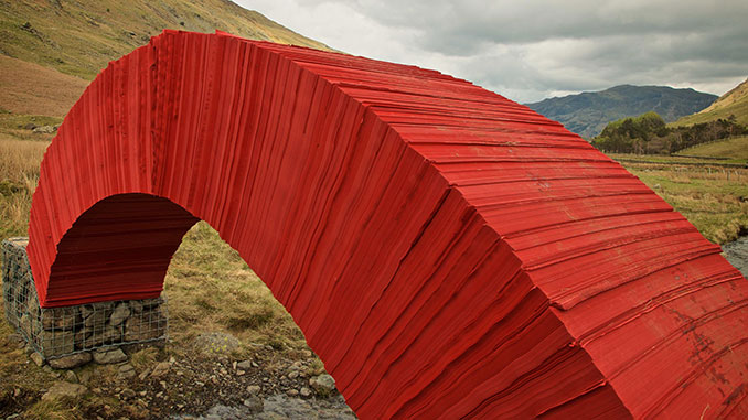 Rote Papierbrücke aus der Nähe