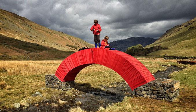 Rote Papierbrücke mit Kindern