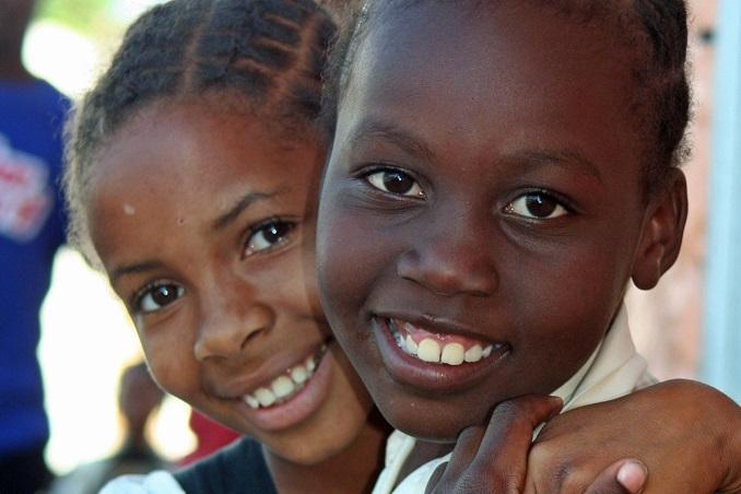 Kindern helfen © vagamundos.info  / pixelio.de
