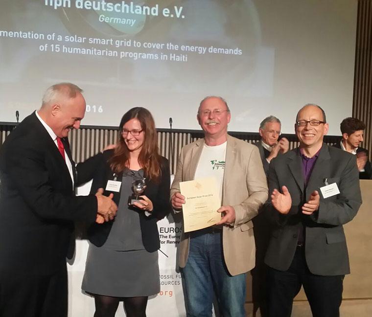 Prof. Peter Droege überreicht den Europäischen Solarpreis an Sonja Smolka (nph deutschland) und Willi Ernst (Biohaus-Stiftung).