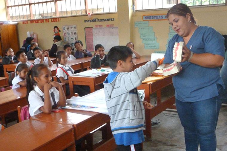 Beim Projekt ?Gesundes Lächeln für Familien? lernen peruanische Kinder alles rund ums Zähneputzen