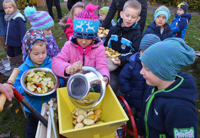 Selbstgepresster Apfelsaft von Kindergaertnern