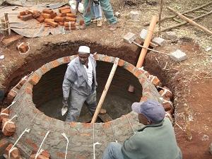 Einheimische beim Bau einer Kleinbiogasanlage ©atmosfair