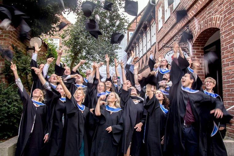 Nachhaltigkeitsmanager feiern ihren MBA Titel