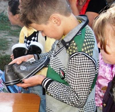 Kinder freuen sich über Schuhe © Sputnik GmbH
