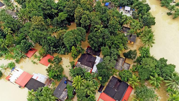 Klima außer Kontrolle: Die Fakten: Luftbild von überschwemmten Häusern in Kerala.
