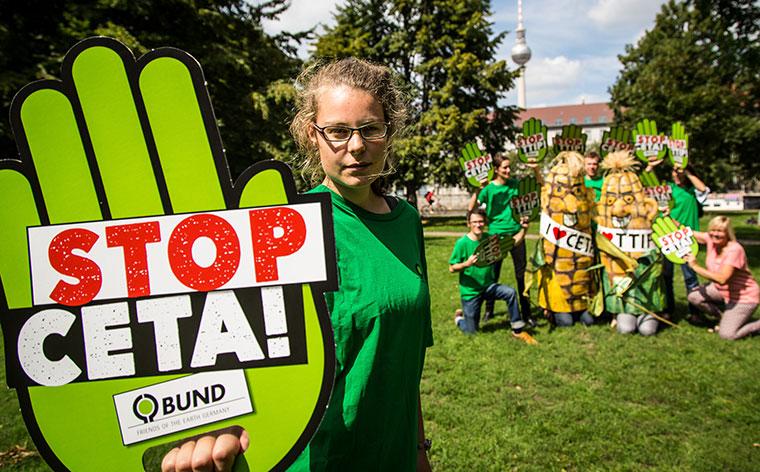 Trotz allem: CETA-Gegner kämpfen weiter, um das Freihandelsabkommen mit Kanada noch zu stoppen.