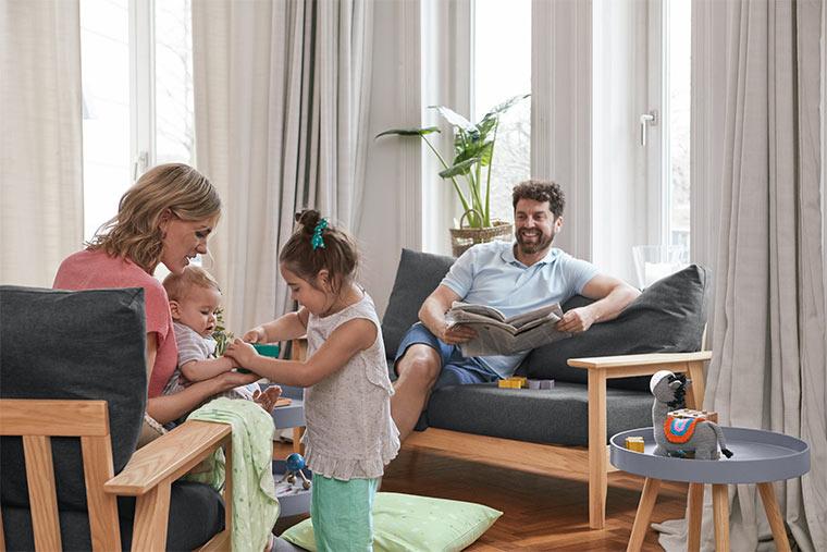 Familie in nachhaltigem Zuhause