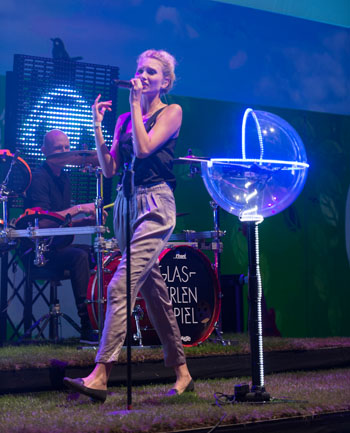 Carolin Niemczyk ist die Frontfrau von Glasperlenspiel ©Ulf Büschleb