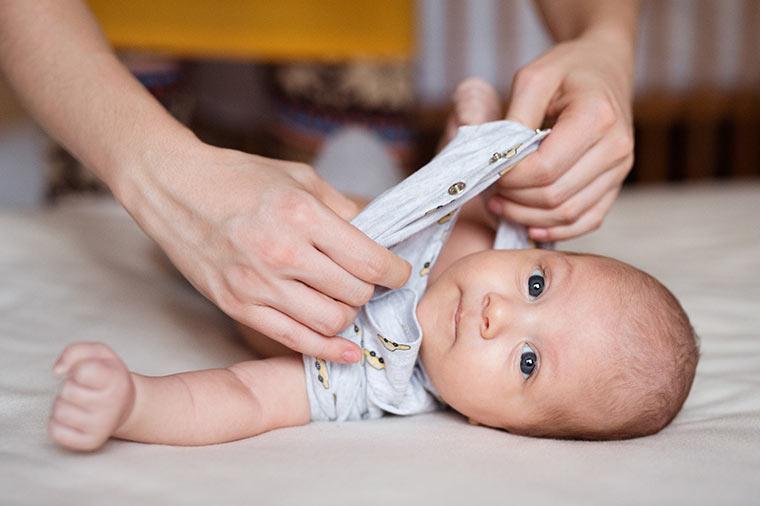 Baby anziehen