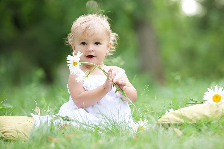 Baby im Sommerkleid