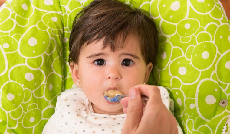 Babynahrung besser selbst kochen und auf künstliche Zusatzstoffe, Zucker und Salz verzichten.
