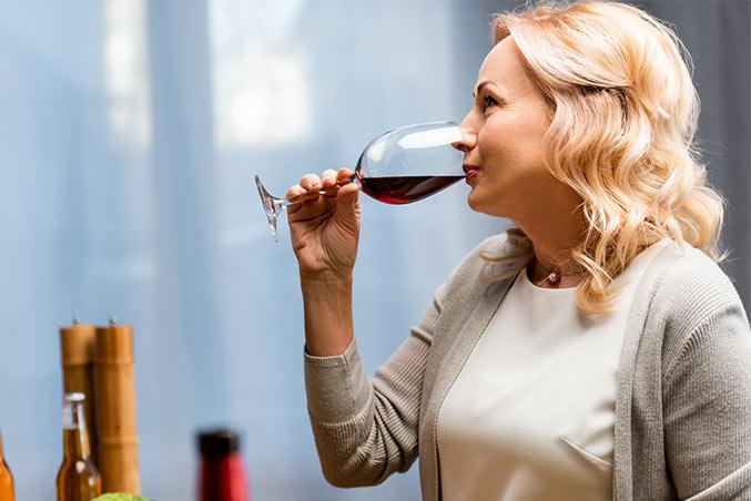 Frau trinkt ein Glas Wein