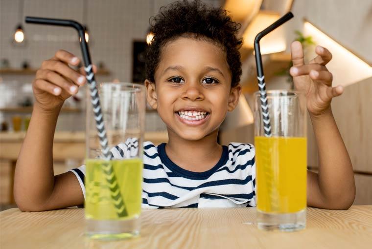 Kind mit zuckerhaltigen Getränken