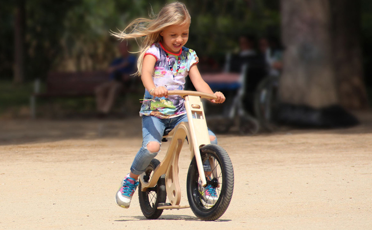Das Leg&Go-Bike aus stabilem Sperrholz stellt eine tolle und nachhaltige Alternative zu den üblichen Modellen auf Markt dar.