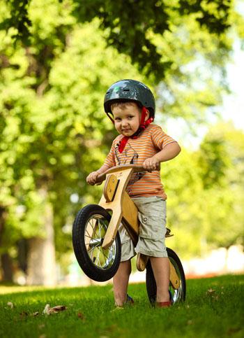 Kinder lernen mit dem Laufrad zu lenken und Geschwindigkeiten kennen © Dip Dap