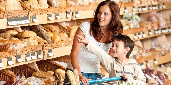 Mit dem Kind auf dem Biohof einkaufen