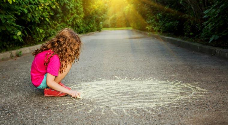Bunte Gesichter, Himmel und Hölle-Spiele, riesige Buchstaben ? beim Malen mit Straßenkreide sind der Fantasie keine Grenzen gesetzt.