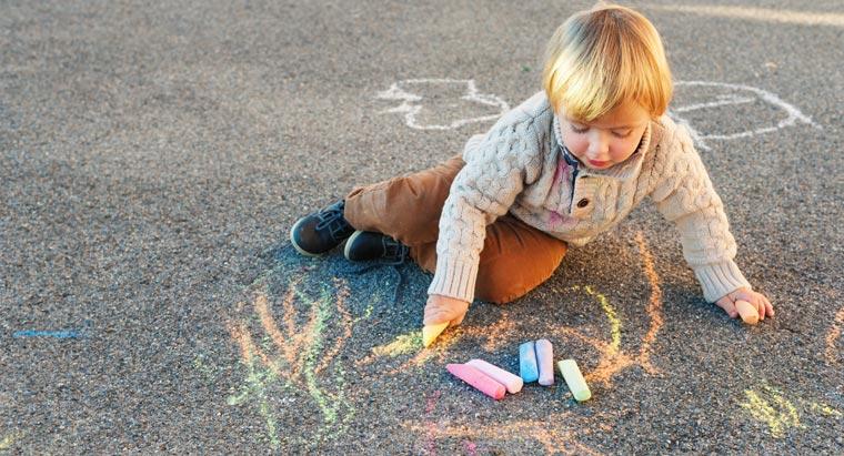 Im Sommer zieren bunte Kreidebilder viele Spielstraßen und Einfahrten: Das Malen mit Straßenkreide macht Kindern riesigen Spaß.