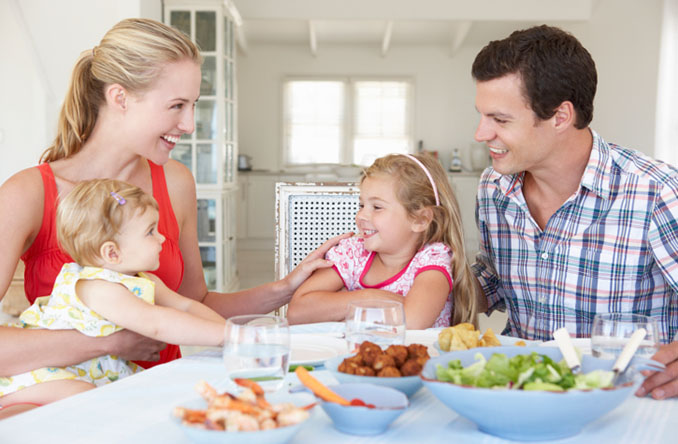 Regelmäßig gemeinsam Essen ist ein wichtiges Ritual in Familien. Dabei sollte dem Kind auch Wissen und ein Bewusstsein geschaffen werden © Mark Bowden (iStock)