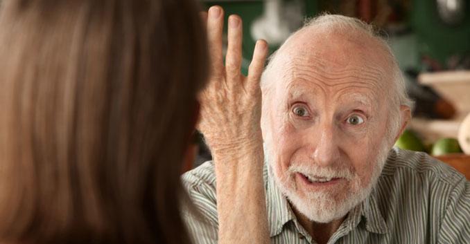 Mann mit Demenz versucht seiner Tochter etwas weis zu machen ©iStockphoto
