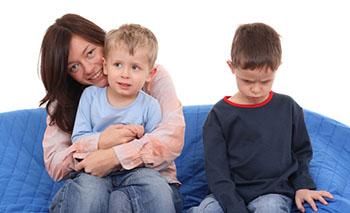 Neid und Eifersucht sind häufige Streitpunkte unter Kindern © matka_Wariatka (iStock)