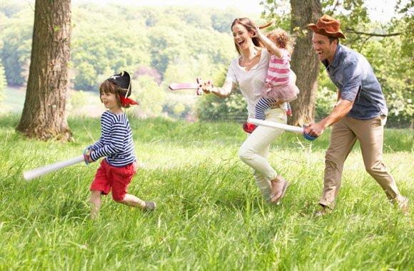 Mit Kindern in der Natur spielen
