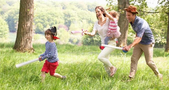 Wild und unbeschwert. Kinder lernen am Besten, wenn sie sich wohlfühlen. Da machen sich auch die Eltern gerne zum Clown © monkeybusinessimages (iStock)