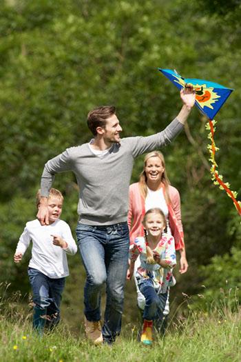 Ein Drachen wiegt nichts und lässt sich ohne Probleme mit auf den Spaziergang nehmen © omgimages (iStock)