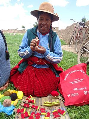 Peruanische Frau mit Handpuppe.