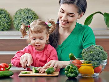 Gemüse waschen und schnibbeln sind ein guter Einstieg für Kinder. © Choreograph (iStock)