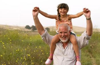 Wenn der Opa mit dem Kind einen Ausflug macht, bleibt auch mehr Zeit für Entspannung in Zweisamkeit ©Maria Teijeiro (Digital Vision)