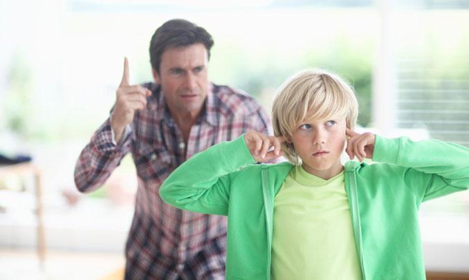 Drohungen und Bestrafungen sind kein gutes Mittel, wenn man ein Streitgespräch in die richtige Richtung lenken möchte. © altrendo images