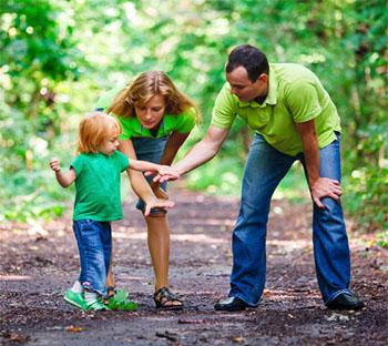 Für die Kleinen geht es noch ums Entdecken. Spielerisch lässt sich hierbei der korrekte Umgang mit der Natur erlernen © luckyraccoon (iStock)