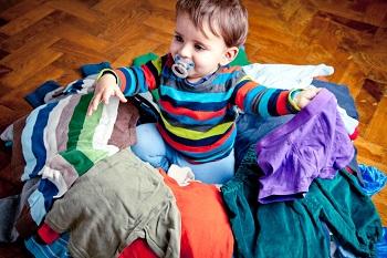 Ganz viel neue Kleidung für den Nachwuchs und der freut sich ©Mamikreisel