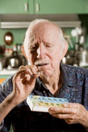 Mann ist sich unsicher, ob er die richtigen Medikamente nimmt ©iStockphoto
