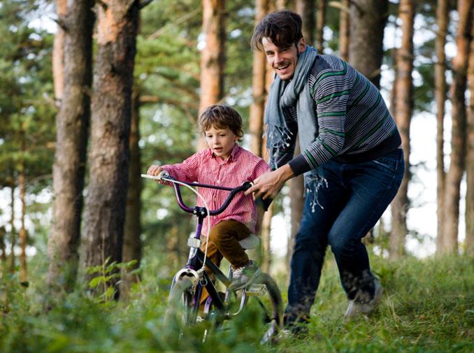 Das Erwerben von neuen Fähigkeiten und Fertigkeit stärkt die Bindung zwischen Eltern und Kindern © YunYulia (iStock)